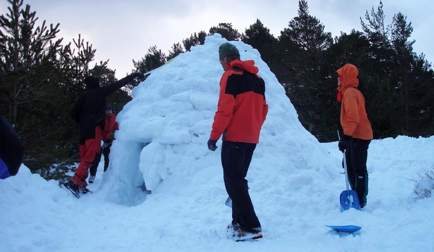 Build an Igloo. Winter Hike in M. Snowshoeing in Madrid with Dreampeaks